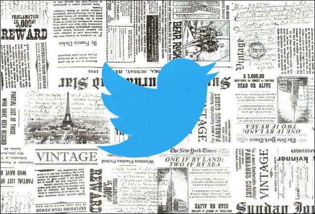 O logotipo do Twitter sobre alguns jornais antigos.