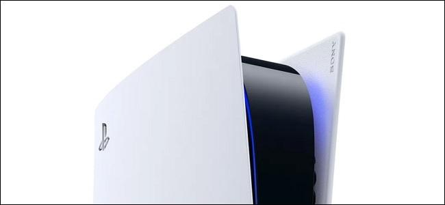 um ps5 ligado com sua luz azul brilhando