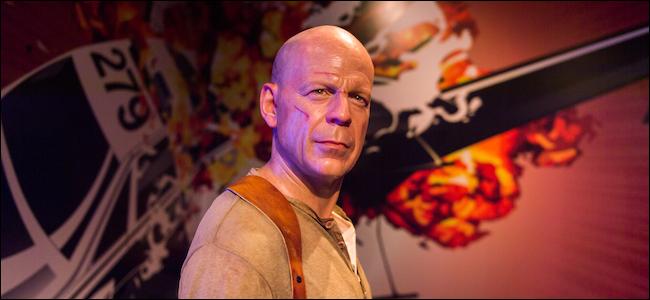 Bruce Willis em frente a uma explosão