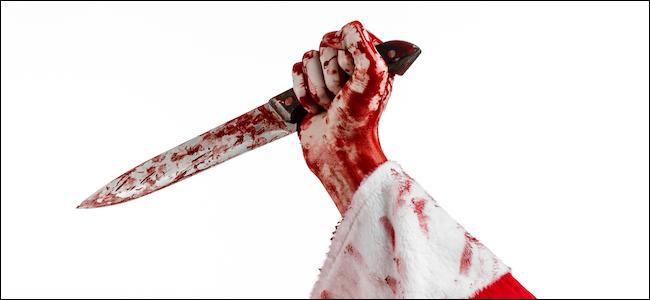 Papai Noel segurando uma faca ensanguentada