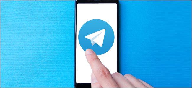 Ujjal megérint egy nagy Telegram alkalmazás ikont egy okostelefonon.