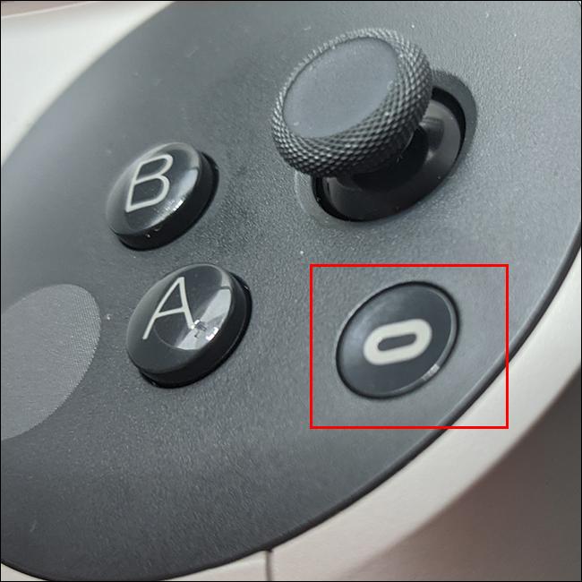 Premi il pulsante Oculus sul controller destro e premi uno dei due grilletti.