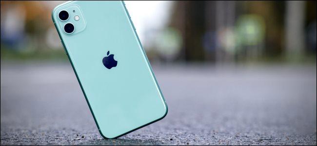 Un iPhone che colpisce il marciapiede.
