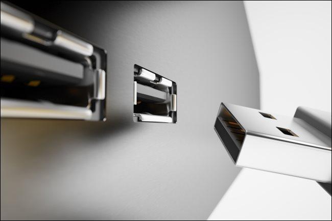 Az USB port és a csatlakozó belseje.