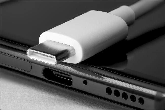 USB4 kábel C típusú csatlakozóval.