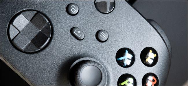 Un primo piano di un controller Xbox Series X.