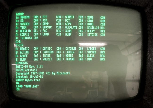 CP / M and BASIC run on a Kaypro II computer.