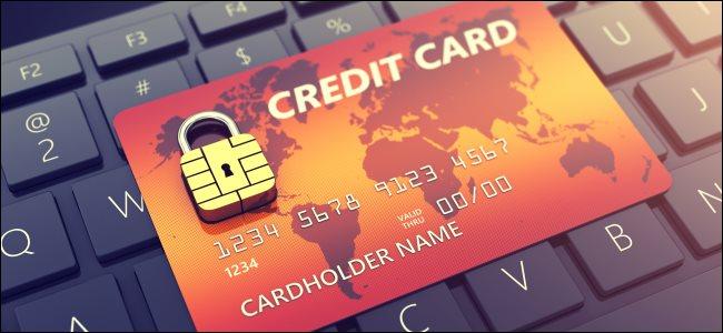 Une carte de crédit assise sur un clavier d'ordinateur.