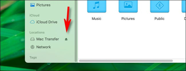 Щелкните крошечный значок извлечения на боковой панели Finder.