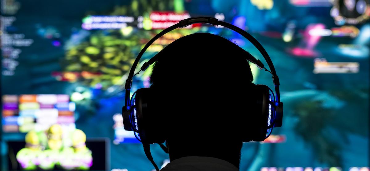 Человек, смотрящий фильм по видеоиграм