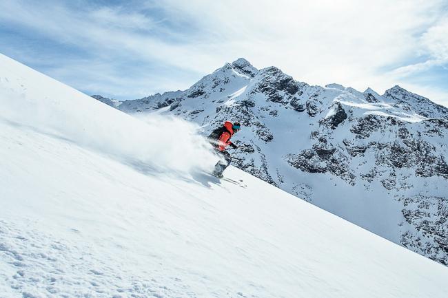 photo showing sharp moving skier