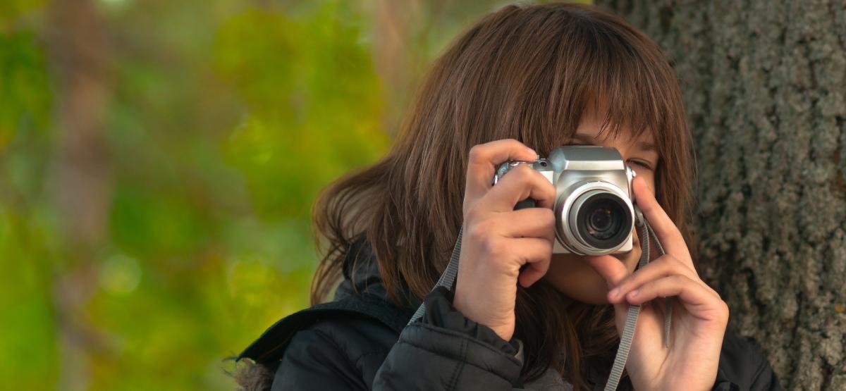 Человек, делающий снимки с помощью камеры наведения.