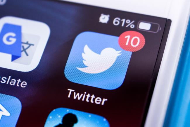 Значок уведомления на значке приложения Twitter на главном экране iPhone.