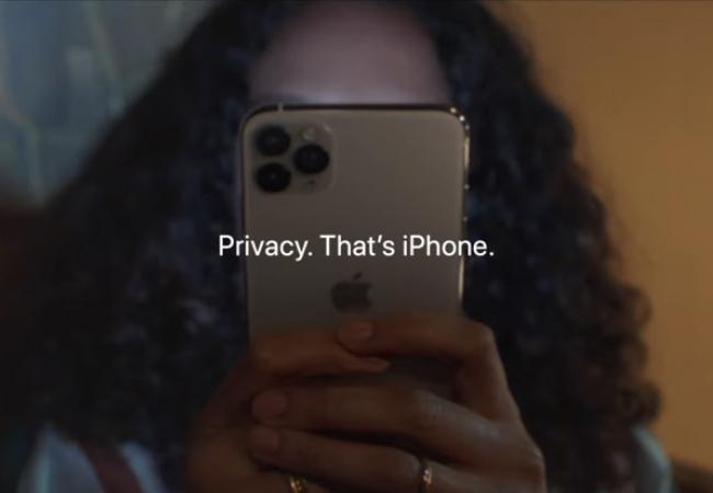 Женщина, держащая конфиденциальность iPhone