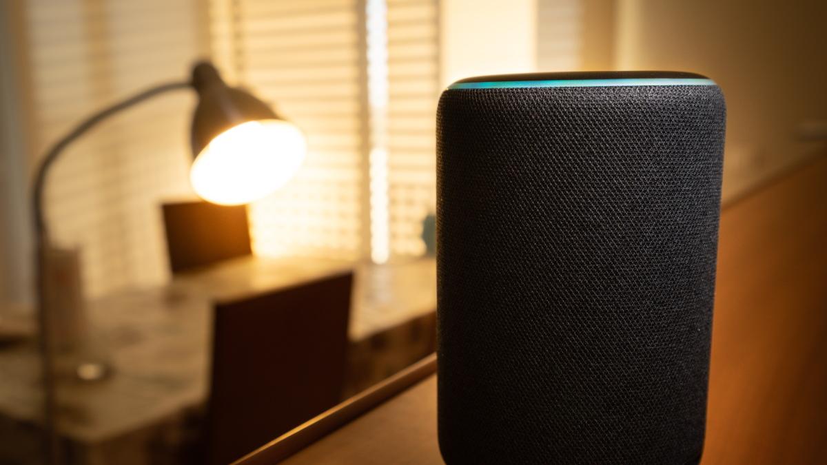Amazon Echo Plus перед торшером.