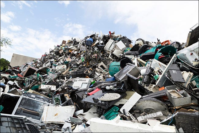 Un mucchio di rifiuti elettronici.
