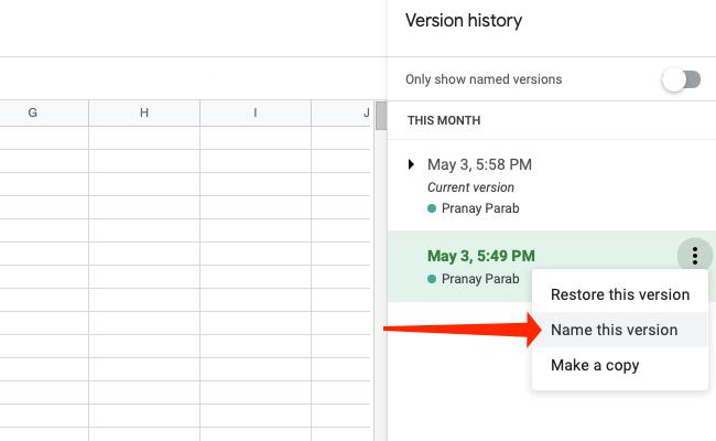 """Нажмите """"Назовите эту версию"""" , чтобы переименовать версию вашей таблицы в Google Таблицах."""