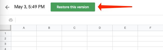 """Нажмите большую зеленую кнопку под названием """"Восстановить эту версию,"""" который находится вверху страницы в Google Таблицах."""