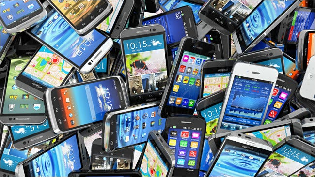 Un mucchio di vecchi smartphone.