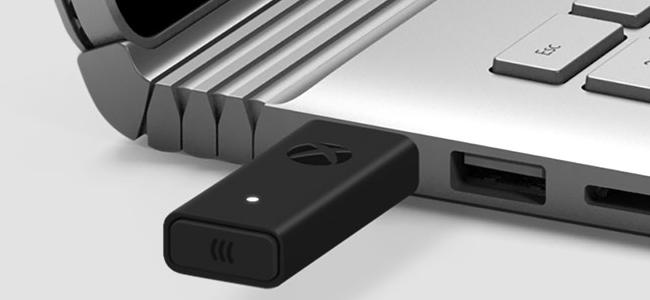 Аксессуар для беспроводного адаптера Xbox, подключенный к ноутбуку с Windows
