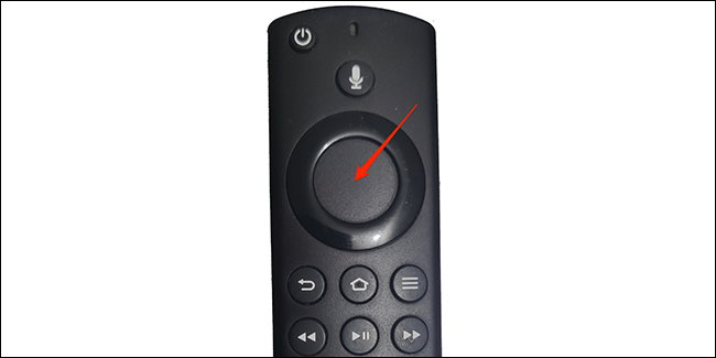 Нажмите кнопку внутри кольца на пульте дистанционного управления Fire TV.
