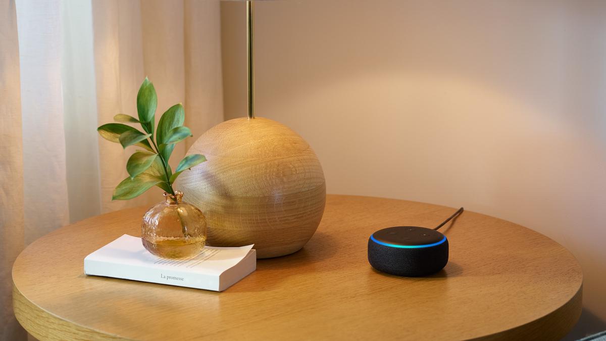 Echo Dot seduto sul tavolo.