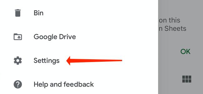 """Чтобы включить темный режим в трехстрочном меню в Google Таблицах, выберите """"Настройки."""""""