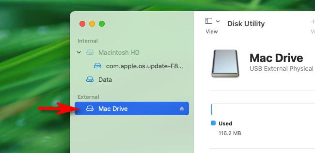 В Mac Disk Utility выберите USB-накопитель, который вы хотите отформатировать, на боковой панели.