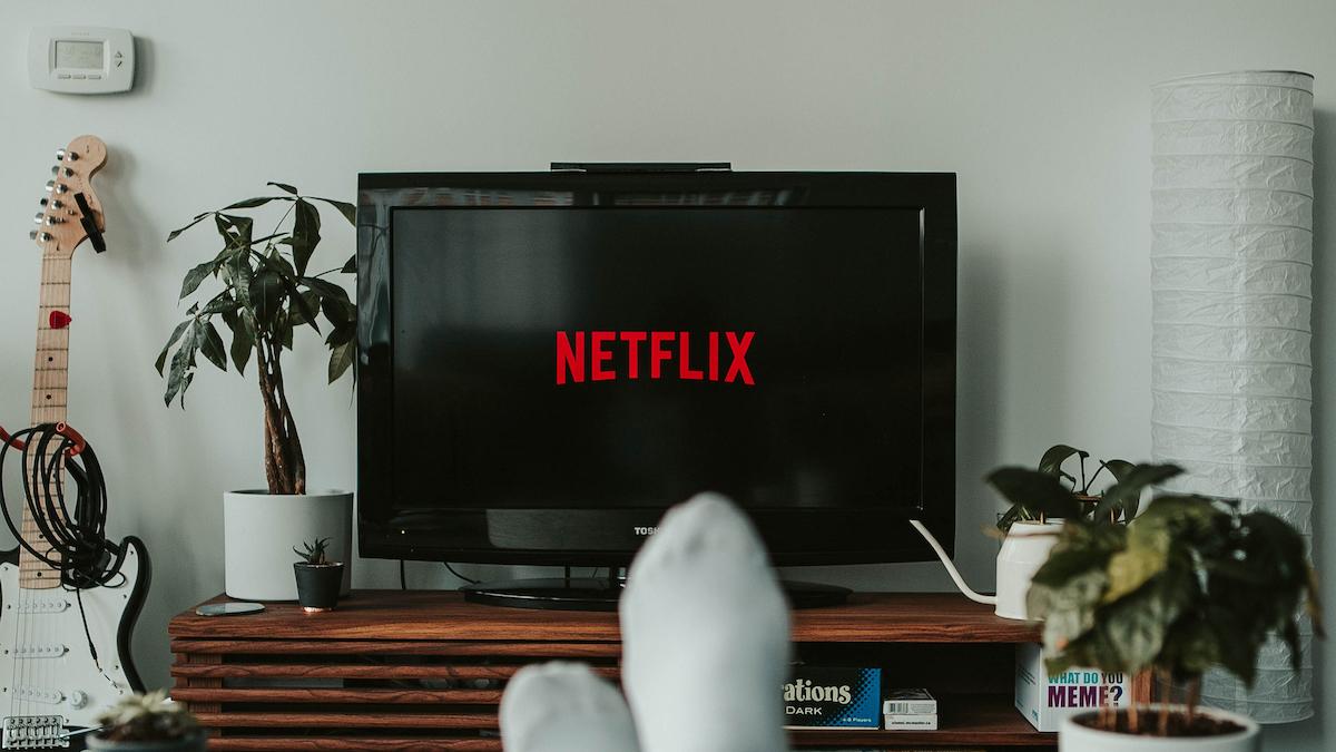 Logo Netflix sur une smart TV dans un salon