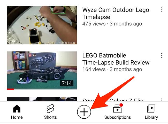 """Toque na opção """"+"""" no aplicativo do YouTube."""