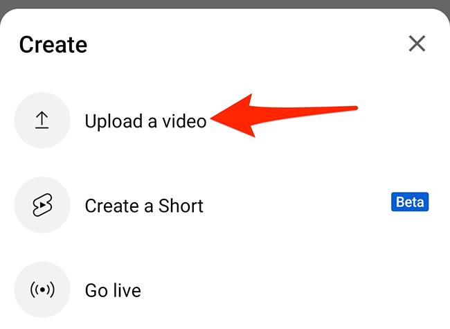 """Selecione """"Carregar um vídeo"""" no menu """"Criar"""" no aplicativo do YouTube."""