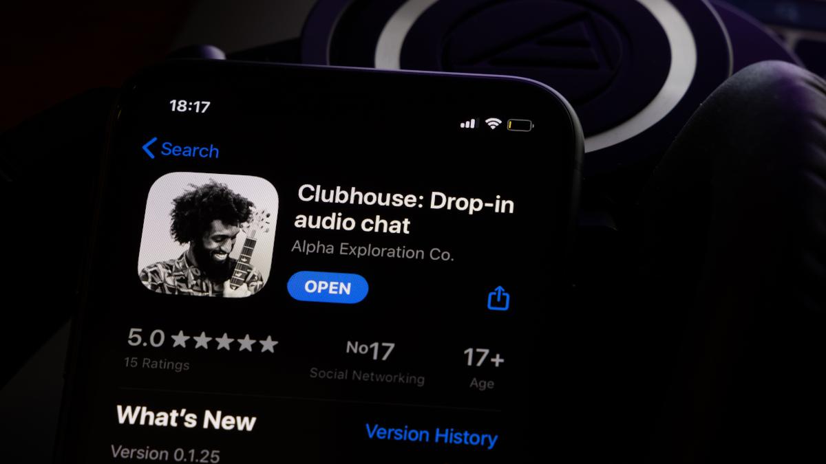 Aplicativo Clubhouse visualizado no smartphone no modo escuro