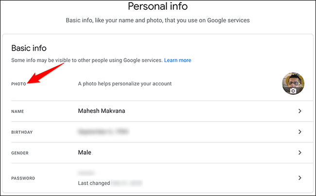 """Google Hesabı sitesinin """"Kişisel Bilgiler"""" sayfasında """"Fotoğraf""""ı seçin."""
