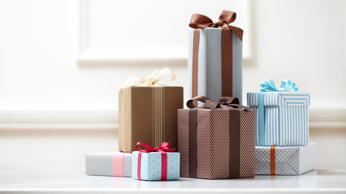 Diverse confezioni regalo con colori e nastri assortiti