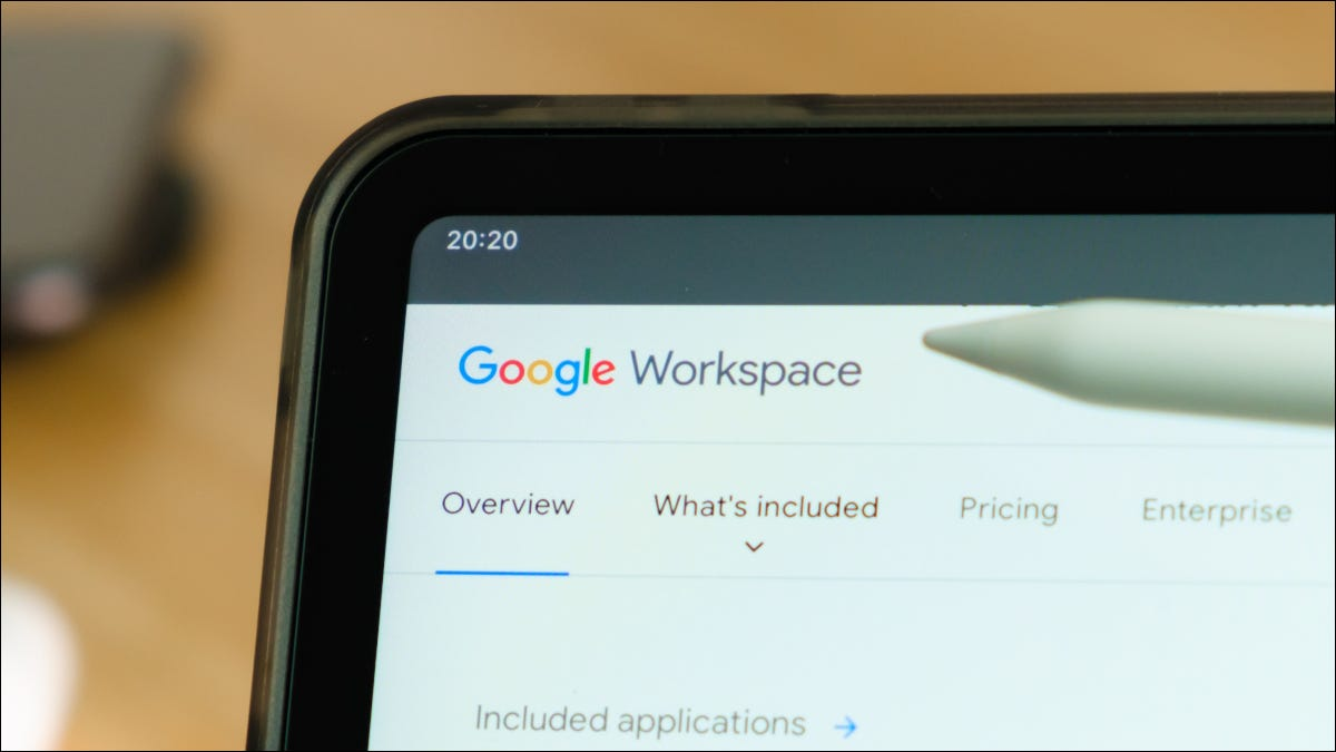 Logotipo do Google Workspace no canto da tela do tablet com uma caneta