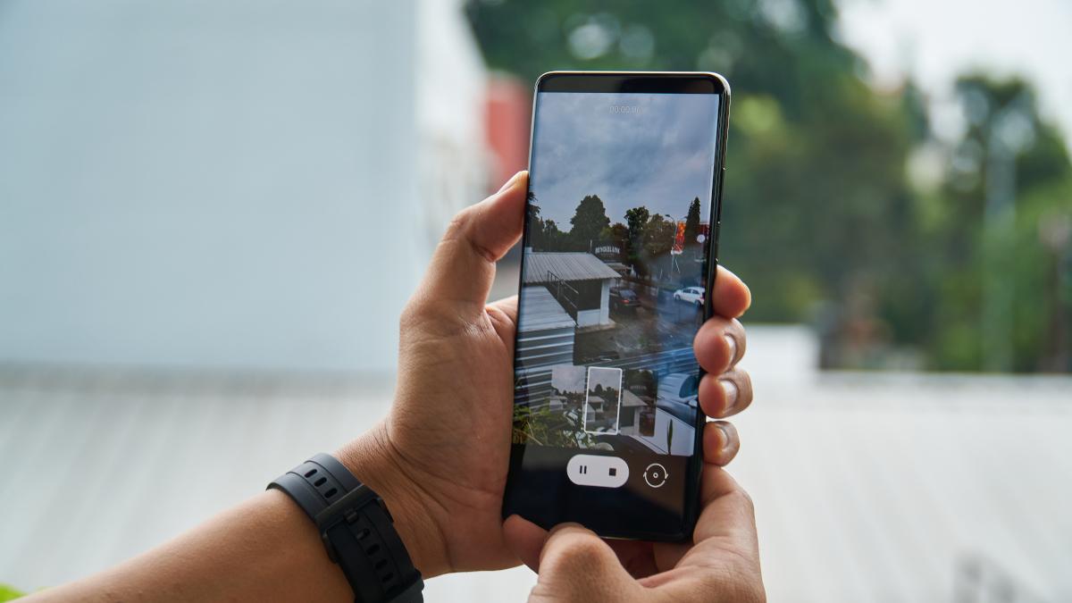 Samsung Galaxy S21 Ultra ile fotoğraf çeken ellerin yakın çekimi
