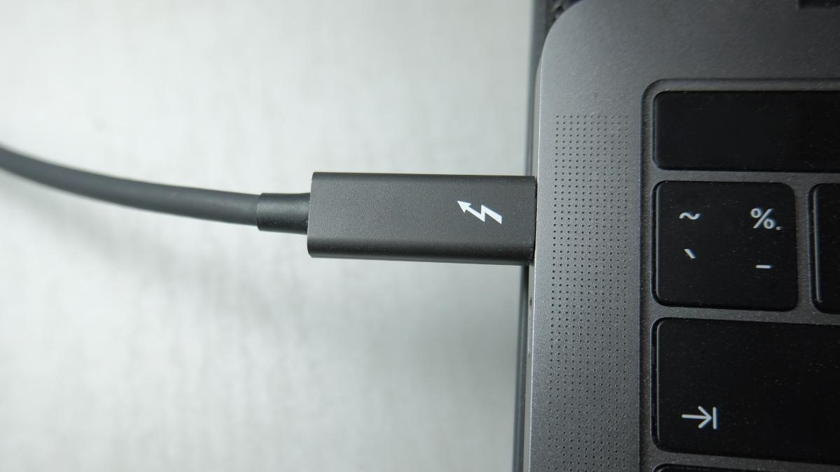 Thunderbolt 3 USB-C port connection power supply