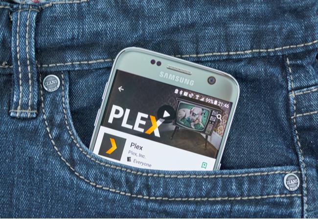 L'app Plex su uno smartphone Samsung nella tasca di qualcuno.