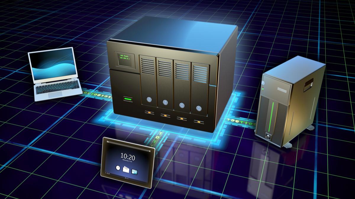 Un'illustrazione di un desktop, laptop e tablet connesso a un NAS.