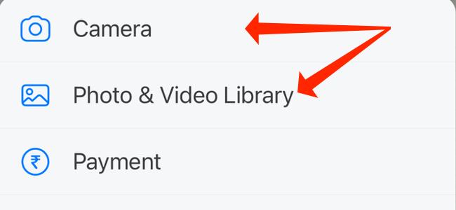 """Puoi fare clic su """"Fotocamera"""" per utilizzare WhatsApp per iPhone per fare clic su foto o video.  In alternativa, puoi selezionare """"Libreria foto e video"""" per caricare file multimediali dall"""