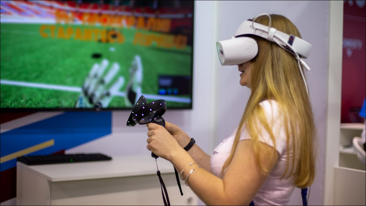 Una donna che gioca con un visore VR Windows Mixed Reality.