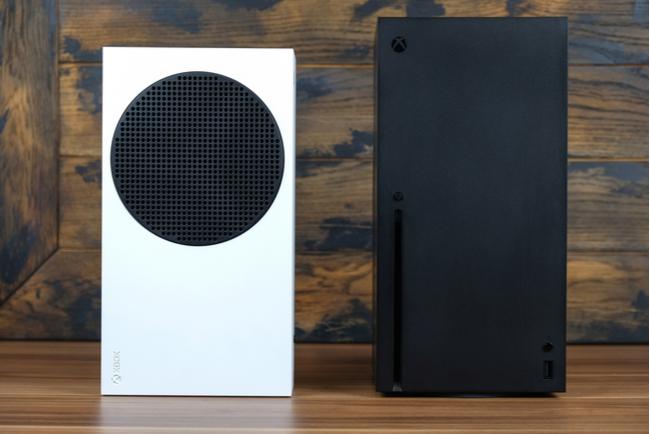 Console Xbox Series X e Xbox Series S su un tavolo di legno.
