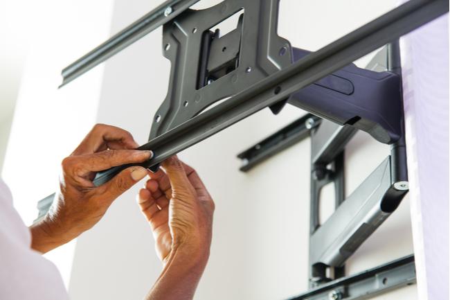 Configurando um suporte de parede para TV.