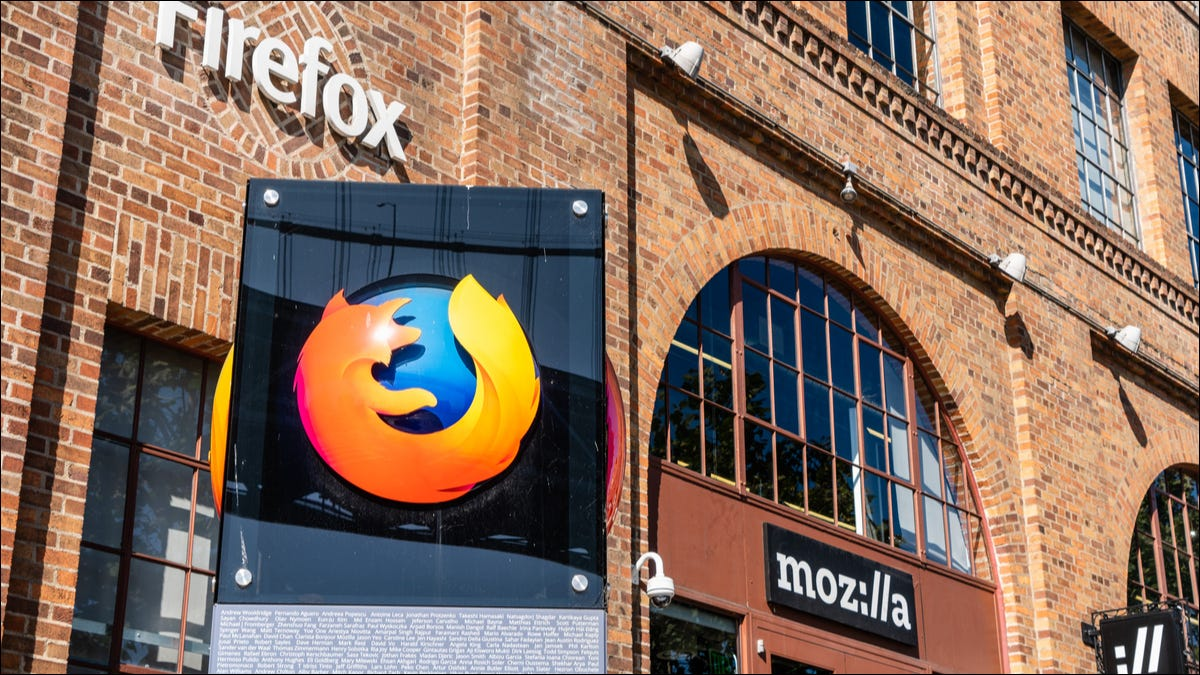 Logo di Firefox di fronte a un edificio per uffici Mozilla a San Francisco.